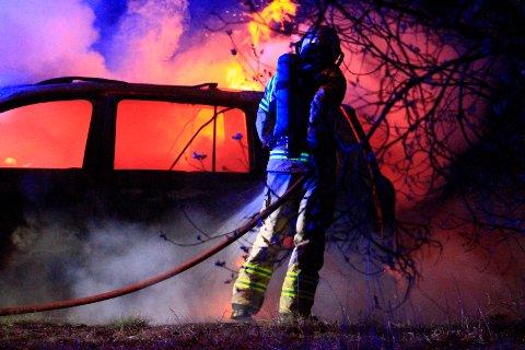 STO I FULL FYR: Bilen var overtent da brannvesenet kom fram.