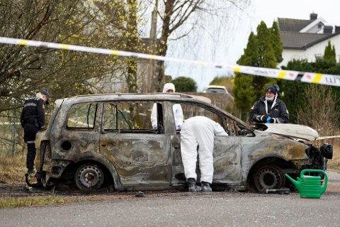 TILKNYTNING: Politiet mener at det muligens er en tilknytning mellom åstedet og denne bilen som sto i full fyr da politiet rykket ut til Sem på drapsnatta.