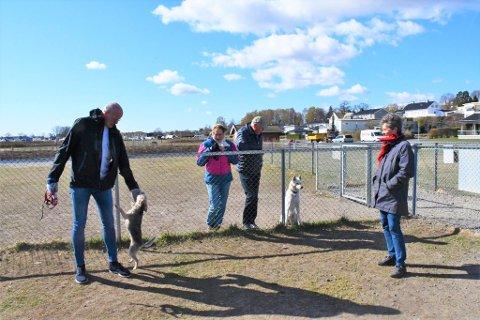 Ordfører Jon Sanness Andersen (Ap) besøkte hundeparken på Rosanes sammen med leder for hovedutvalg for kommunalteknikk, Karen Lie (Ap) . Her i samtale med hundeierne Alida Marka Skard og Rolf Lund.