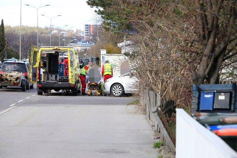 Syklisten ble raskt tatt hånd om av ambulansepersonell.
