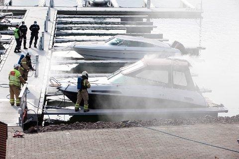 Det røk godt fra båten, en Askeladden Voyager. Røykdykkere fra brannvesenet tok seg raskt om bord.