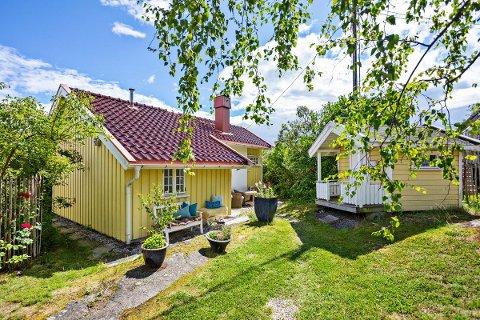 SKYHØYT: Den fine gule boligen i Løvvangveien har god standard, kort vei til både byen og sjøen, og er lettstelt, og den selges med en kvadratmeterpris på nesten 90 000 kroner.