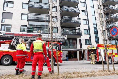 RØYKUTVIKLING: Alle nødetatene var på plass når det ble meldt om røykutvikling i en blokk i Tønsberg.