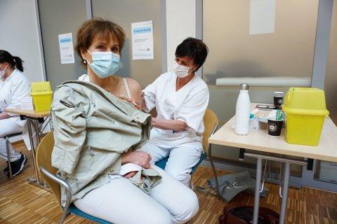 VAKSINE: På bildet ser vi hygienesykepleier Gine Schaathun som setter vaksinen på Steinunn Markaskard, ansatt ved avdeling rus og avhengighet. Nå har alle som har pasientkontakt fått tilbud om vaksinen