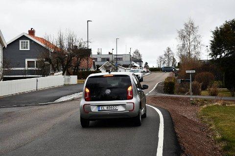 MÅ VENTE: Mange bilister stopper opp og venter på motgående trafikk ved innsnevringen i Ulvikveien.