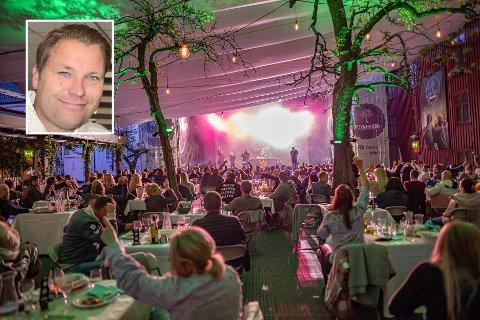 FORNØYD: Det ble god stemning da rapperen OnklP entret scenen i Foynhagen torsdag 13. mai. Jon Terje Johnsen i Foynhagen er glad for at sesongen endelig er i gang.