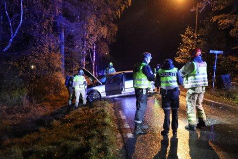 KRÆSJET: Føreren skal ha stukket av fra bilen etter at han havnet i grøfta og traff et tre. Nå er han tiltalt etter ulykken.