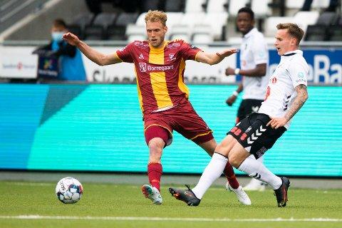 DUELL: Conrad Wallem i duell med Sarpsborgs målscorer Jonathan Lindseth i sin første eliteseriekamp fra start.