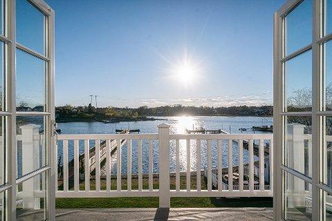 I ROLIGE OMGIVELSER: Eiendommen ligger vestvendt og bader i sol fra tidlig morgen til sen kveld.