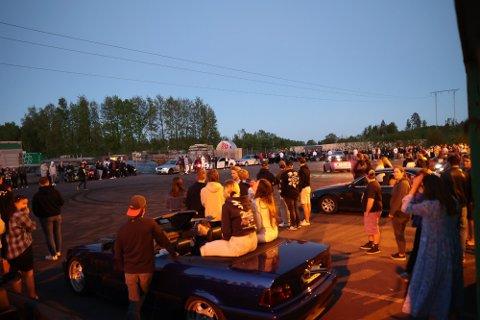 STOR SAMLING: Politiet anslår at nærmere 500 biler og over 1.000 personer deltok i biltreff på Borgeskogen i Stokke lørdag kveld. Det er på dette treffet at den unge mannen skal ha blitt stoppet av politiet. Nå er han mistenkt for promillekjøring.