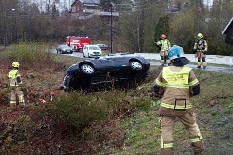 KOLLISJON: Brannmannskapene snur bilen som havnet på taket i grøfta.
