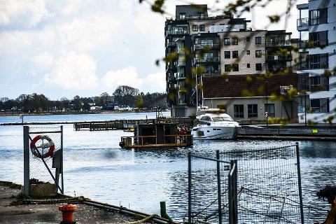 FLYTENDE SAUNA: Her kommer badstuflåten fredag ettermiddag etter overfarten fra Moss.
