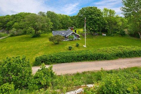 SKJERMET: Den søte røde hytta i Hellesmoveien, på tuppen av Tjøme, er lagt ut til en prisantydning på 6.6 millioner kroner.