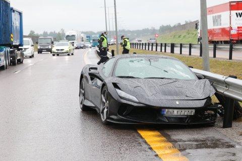 Ferrarien til langt over tre millioner kroner endte i autovernet på E18. Det ene dekket traff også en bil i motgående kjøreretning.