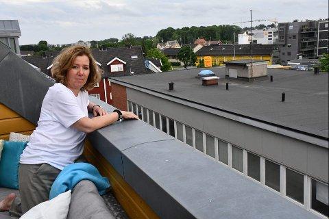"""FORRINGELSE: Tanja Arnesen trives i leiligheten sin i Tønsberg, men nå kan hun risikere å få en """"vegg"""" foran seg og miste både utsikt og sol."""
