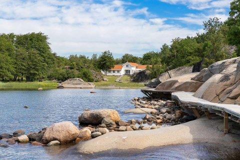 Stedet befinner seg en kort båttur fra Hvasser.
