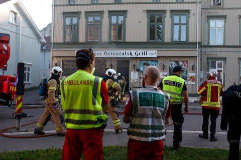 Nødetatene jobbet iherdig med å få kontroll på brannen i den gamle bygården i Farmannsveien.