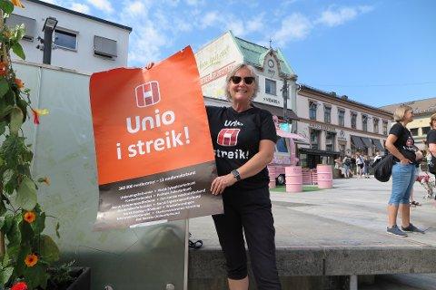 VIKTIG SAK: Randi Askjer holdt appell på sykepleiernes streikmarkering på torget.