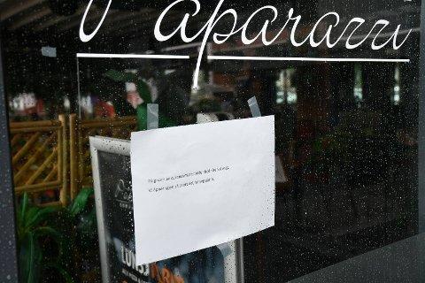 STENGT: Oppslaget på døra forteller tydelig årsaken til at Restaurant Paparazzi holder stengt.