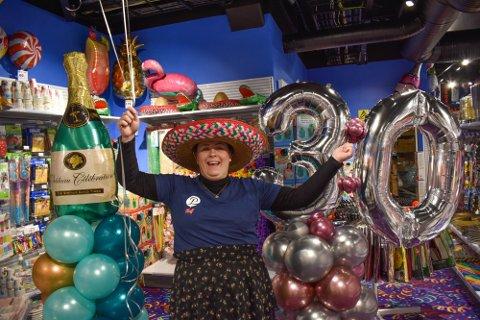 GOD STEMNING: Butikksjef Renate Cecilie Johannessen gleder seg stort til å åpne festbutikken i Tønsberg.