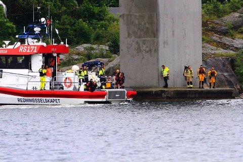 FULL AKTIVITET: Observasjoner ved brua gjør at nødetatene undersøker med dykkere og redningsskøyter i Vrengensundet.