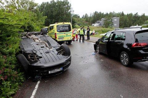 KRASJ: To biler støtte sammen i Torødveien lørdag ettermiddag.