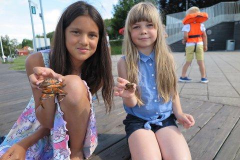 DAGENS FANGST: Mari og Ea Olava poserer stolt med dagens fangst.