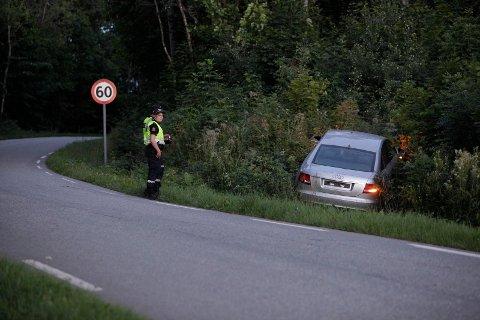 ULYKKE: En bil uten skilter har kjørt ut av veien og inn i en fjellvegg i Holmestrand.