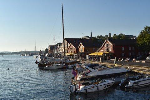 LIV PÅ BRYGGA: Mange – blant andre skjenkekontrollørene – tok turen til Brygga i helgen.