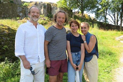 GLEDER SEG: (f.v) Gard B. Eidsvold, Eindride Eidsvold, Kathrine Thorborg Johansen og Line Verndal gleder seg til å spille Kristinaspelet på Slottsfjellet.