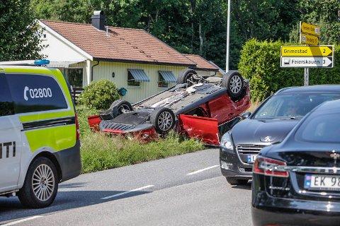 PÅ TAKET: En kvinne er kjørt til sykehus etter at en bil kjørte inn i en annen, og havnet på taket.