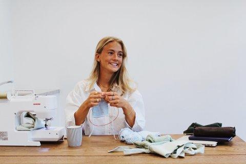 INSPIRERT: Malene Grimstad (23) fant strikkegleden under pandemien og fikk mange komplimenter for plaggene hun lagde. Nå starter hun nettbutikk.