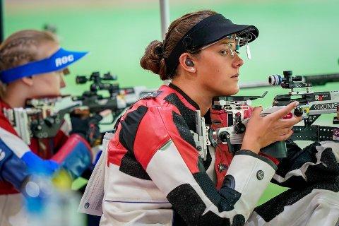 KVALIFISERT: Skytter Jeanette Hegg Duestad skyter bra under kvalifiseringen i 50m rifle helmatch på Asaka skytterstadion i OL i Tokyo.
