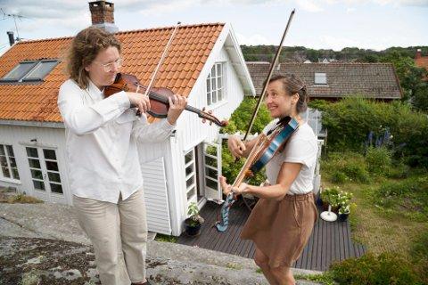 SAMSPILL MED NATUREN: Mye av musiseringen foregår ute i naturen, på instrumenter som heter Campanulaer. Det er instrumenter som ligner på de klassiske strykeinstrumentene, men som er utstyrt med under-strenger som er med på å fange opp naturens akustikk. Fra venstre: Ada og Lone Meinich.