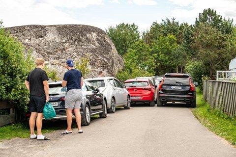 SMALT: Til og med personbiler slet med å komme seg fram på veien mot Mostranda i sommer på grunn av de mange parkerte bilene.