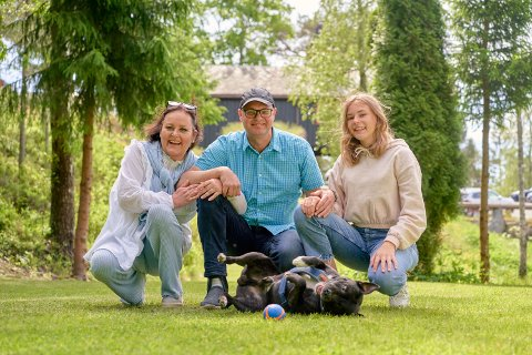 FAMILIE FRA TØNSBERG: Vilde Dvergsdal Nyheim (56), Lars-Cyril Blystad (48) og Mathea (16) med staffordshire bull terrieren Joey (6).