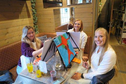 DEILIG OG ROLIG: Catherine Haraldstad, Christina Djønne og Marthe Rosseland synes det var deilig med en rolig aktivitet der de kunne koble av.