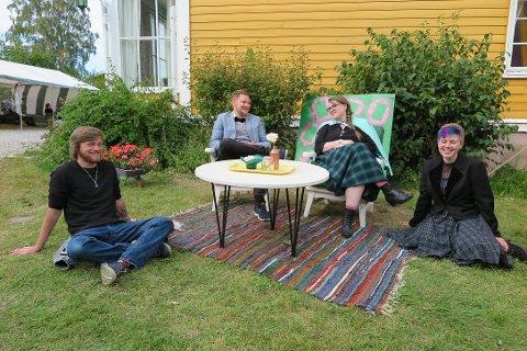 DEKORANSVARLIGE: Bjørn Daniel, Peder Larsen, Jenny Andrea Munkeli og Su Marie Skrede-Nilsen står bak dekoren på festivalen.