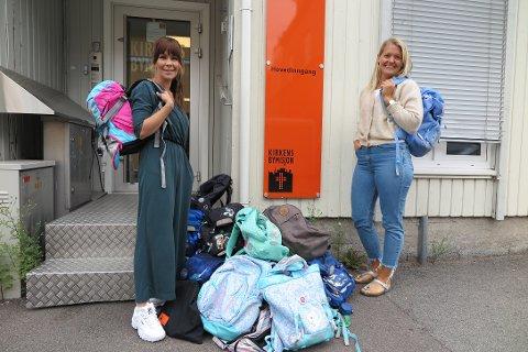 GIR BORT SKOLESEKKER: Ylle Theodorsen og Mathilde Kronstad ønsker å gi barn en fin skolestart.