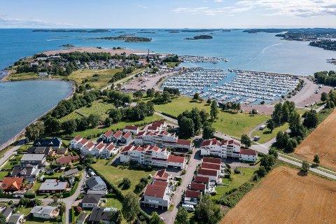 SOLGT: Valløveien 172 i Vallø strandpark ble nylig solgt. Numer 172 er en fireroms leilighet som ligger temmelig midt i Vallø strandpark, og bildet nedenfor.
