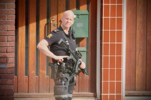 AKSJON: Bevæpnet politi har rykket ut i Holmestrand sentrum etter en trussel fredag ettermiddag.