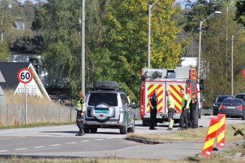 POLITI: Politiet er på plass for å dirigere trafikken.