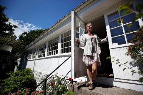 INNE OG UTE: I sommer kunne Dorthe Endresen invitere til konserter både innendørs og utendørs på Gamle Ormelet, i motsetnng til i fjor hvor det bare var snakk om hagekonserter på stedet.