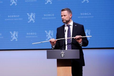 Helseminister Bent Høie tok med seg tommestokken på fredagens pressekonferanse, men ville ikke knekke den. Foto: Javad Parsa / NTB