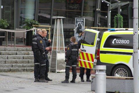 Den fulle mannen ble plassert bak i en cellebil og kjørt inn til arresten på politistasjonen i Tønsberg.
