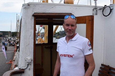 """HAR TROEN: Koronapandemien førte til omsetningssvikt i 2020 og redusert drift i år. Neste år tror daglig leder Tom Remman på bedre tider for DS """"Kysten""""."""