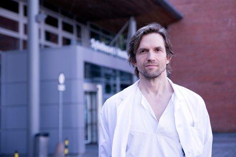 Overlege og forsker Asgeir Johannessen og Sykehuset i Vestfold tester en ny hurtigtest for korona.