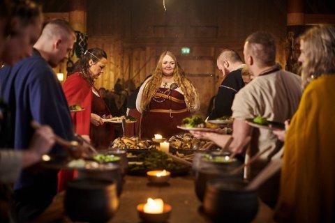 FESTLIGHETER: Snart tar julebordsesongen til, også i Gildehallen på Midgard. Blant annet hit trenger Vestfoldmuseene nå serveringspersonale.