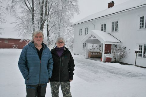 VIL OVERDRA: Erik og Anne Eriksrud ønsker at sønnen – som i dag bor i stabburet på tunet – skal overta gården på Bøverbru. Men for at det skal skje må de først få tillatelse til å bygge hus til seg selv på en fradelt tomt på eiendommen, forteller de.