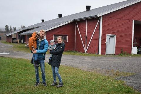 PASSET PERFEKT: Hege Merete og Marius Gran Larsen har alltid ønsket å drive gård, og da bruket med kalkundrift på Kapp kom for salg slo de til. Nå har de flyttet inn med sønnene Jonathan (4) og Tom Heine (10 måneder) – og 4800 kalkuner i driftsbygningen.
